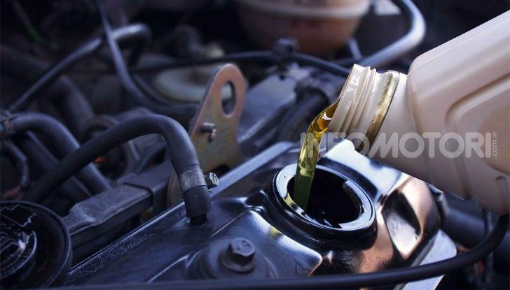 Olio motore: cos'è, a cosa serve, come controllarlo e quando sostituirlo - Foto 2 di 9