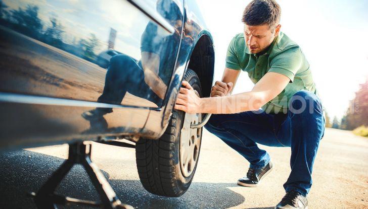 Come guidare con una ruota a terra in caso di emergenza - Foto 8 di 10