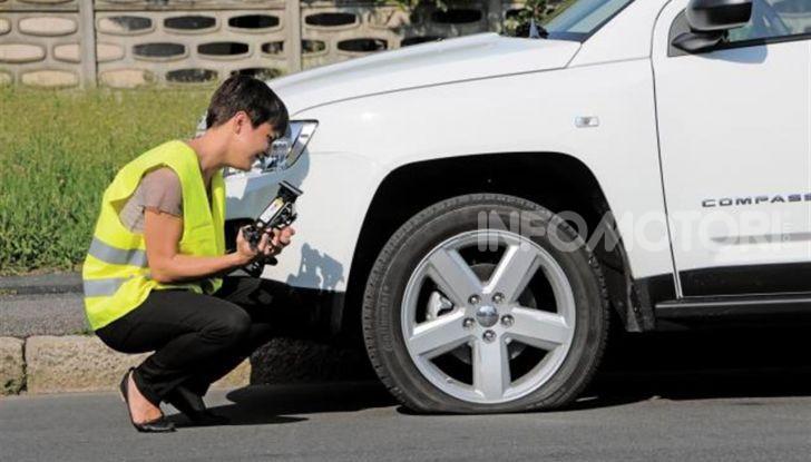 Come guidare con una ruota a terra in caso di emergenza - Foto 4 di 10