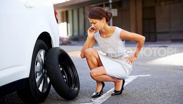 Come guidare con una ruota a terra in caso di emergenza - Foto 6 di 10