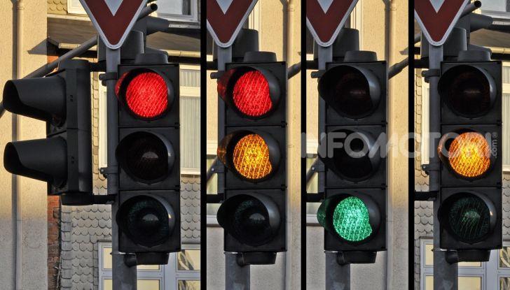 Semaforo giallo: quando accelerare, rallentare o fermarsi - Foto 5 di 10