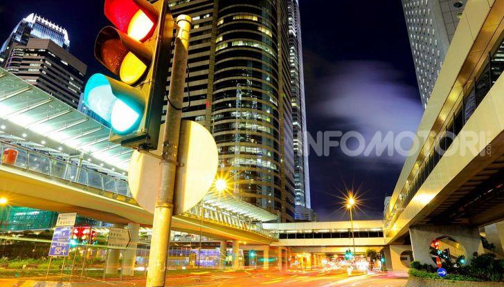 Semaforo giallo: quando accelerare, rallentare o fermarsi - Foto 1 di 10