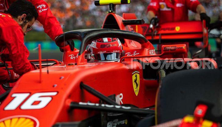 F1 2019: Charles Leclerc con la Ferrari alla 130R di Suzuka… con una mano sola! - Foto 2 di 9