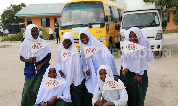 Kia Motors consegna minibus e scuola al governo della Tanzania - Foto 3 di 5