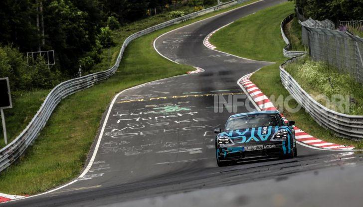 Porsche Taycan, record al Nurburgring per l'auto elettrica - Foto 2 di 5