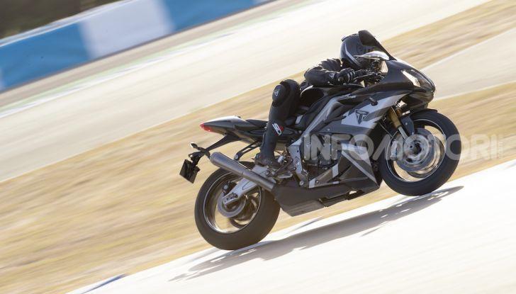 Triumph Daytona 765 Limited Edition: una Moto2 per la strada - Foto 11 di 30