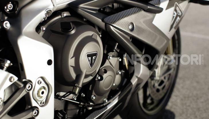 Triumph Daytona 765 Limited Edition: una Moto2 per la strada - Foto 26 di 30