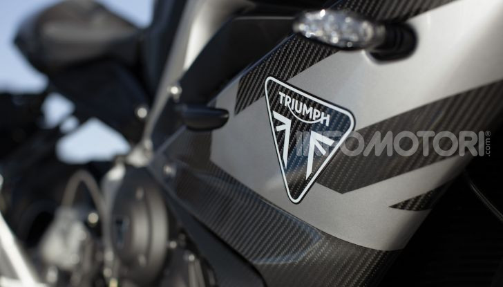 Triumph Daytona 765 Limited Edition: una Moto2 per la strada - Foto 27 di 30