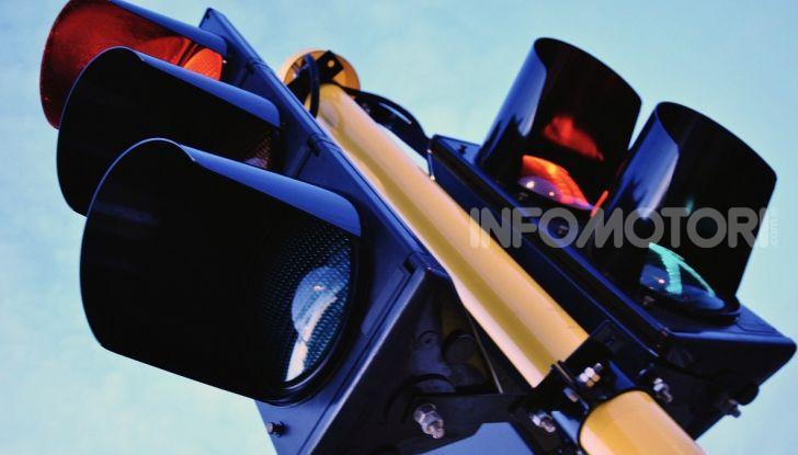 Semaforo giallo: quando accelerare, rallentare o fermarsi - Foto 6 di 10