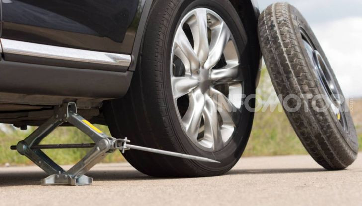 Come guidare con una ruota a terra in caso di emergenza - Foto 3 di 10