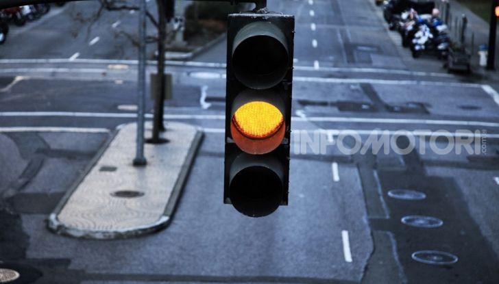 Semaforo giallo: quando accelerare, rallentare o fermarsi - Foto 2 di 10