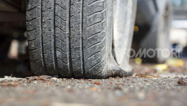 Come guidare con una ruota a terra in caso di emergenza - Foto 1 di 10