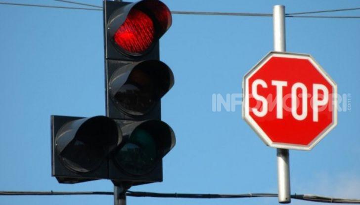 Semaforo giallo: quando accelerare, rallentare o fermarsi - Foto 7 di 10