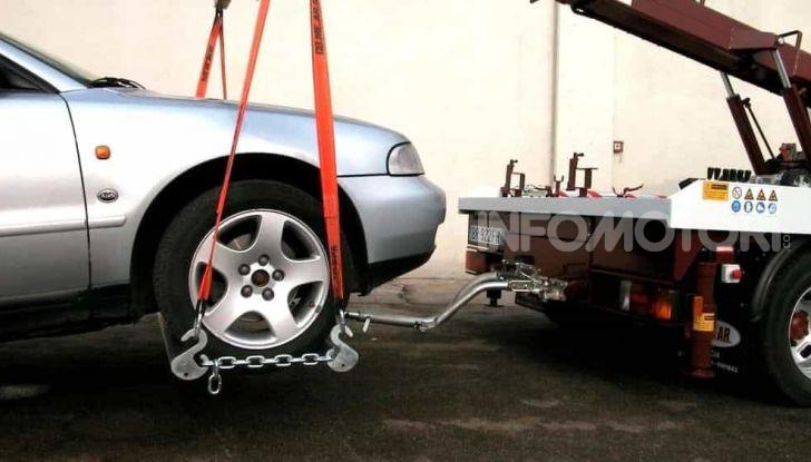 Come guidare con una ruota a terra in caso di emergenza - Foto 10 di 10