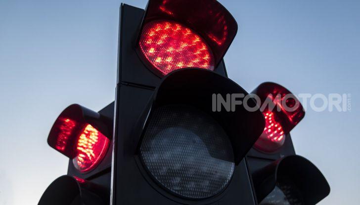 Semaforo giallo: quando accelerare, rallentare o fermarsi - Foto 8 di 10