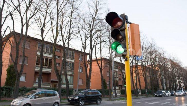 Semaforo giallo: quando accelerare, rallentare o fermarsi - Foto 9 di 10