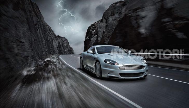 Una Aston Martin su strada durante un temporale