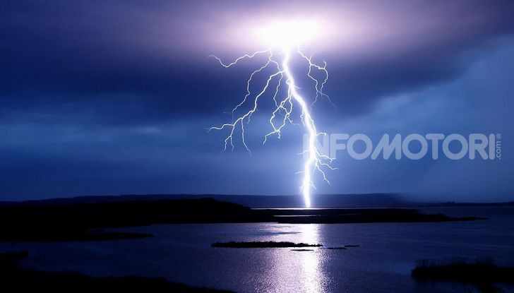La scarica elettrica di un fulmine durante un temporale