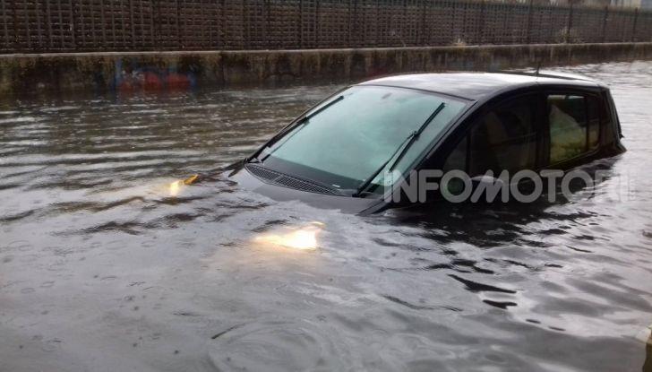 Un'auto ricoperta d'acqua a causa di un temporale