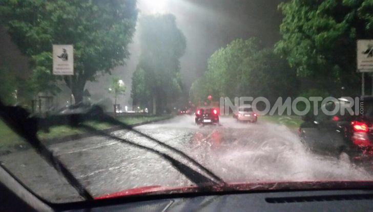 Pioggia su strada ripresa dal parabrezza di un'automobile
