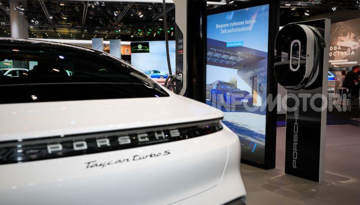 Porsche Taycan 2020, foto e dati della versione definitiva - Foto 16 di 33