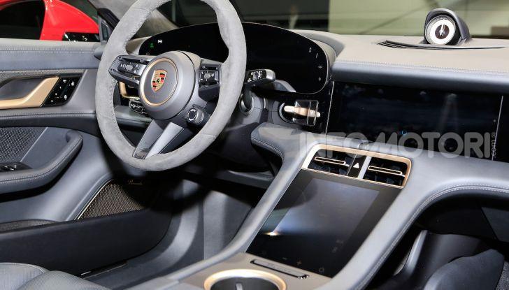 Porsche Taycan 2020, foto e dati della versione definitiva - Foto 31 di 33