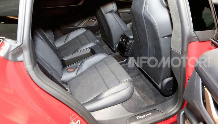 Porsche Taycan 2020, foto e dati della versione definitiva - Foto 32 di 33