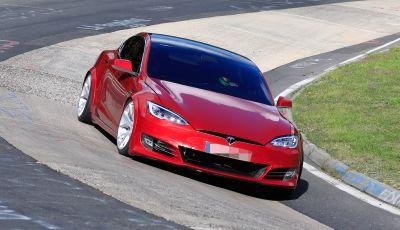 Tesla Model S al Nurburgring per battere Porsche Taycan