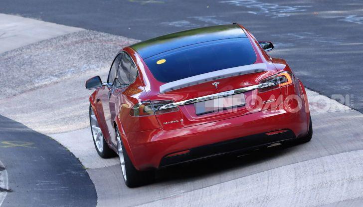 Tesla Model S al Nurburgring per battere il record della Porsche Taycan - Foto 26 di 35
