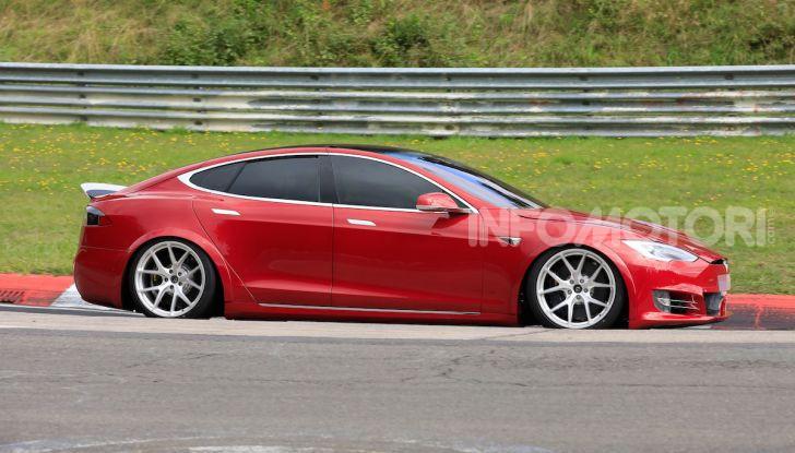 Tesla Model S al Nurburgring per battere il record della Porsche Taycan - Foto 17 di 35
