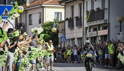 Valentino Rossi verso Misano con la sua Yamaha M1... per le strade di Tavullia!