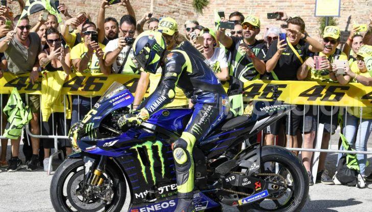Valentino Rossi verso Misano con la sua Yamaha M1… per le strade di Tavullia! - Foto 2 di 39