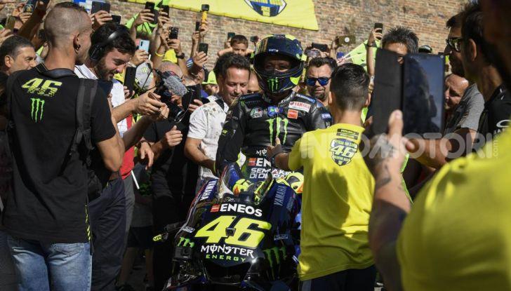 Valentino Rossi verso Misano con la sua Yamaha M1… per le strade di Tavullia! - Foto 10 di 39