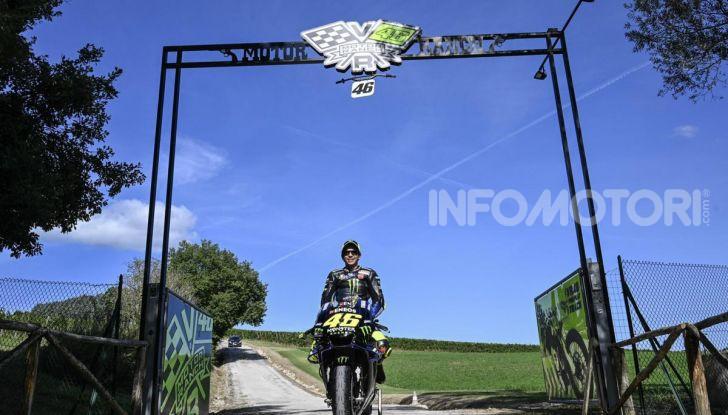 Valentino Rossi verso Misano con la sua Yamaha M1… per le strade di Tavullia! - Foto 25 di 39