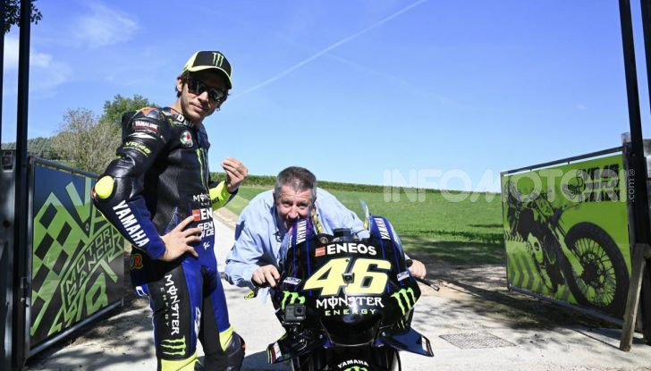 Valentino Rossi verso Misano con la sua Yamaha M1… per le strade di Tavullia! - Foto 24 di 39