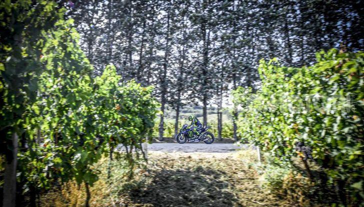 Valentino Rossi verso Misano con la sua Yamaha M1… per le strade di Tavullia! - Foto 5 di 39
