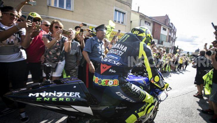 Valentino Rossi verso Misano con la sua Yamaha M1… per le strade di Tavullia! - Foto 1 di 39