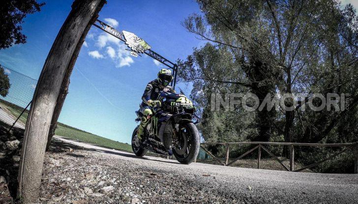 Valentino Rossi verso Misano con la sua Yamaha M1… per le strade di Tavullia! - Foto 7 di 39