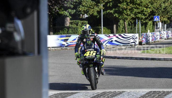 Valentino Rossi verso Misano con la sua Yamaha M1… per le strade di Tavullia! - Foto 37 di 39