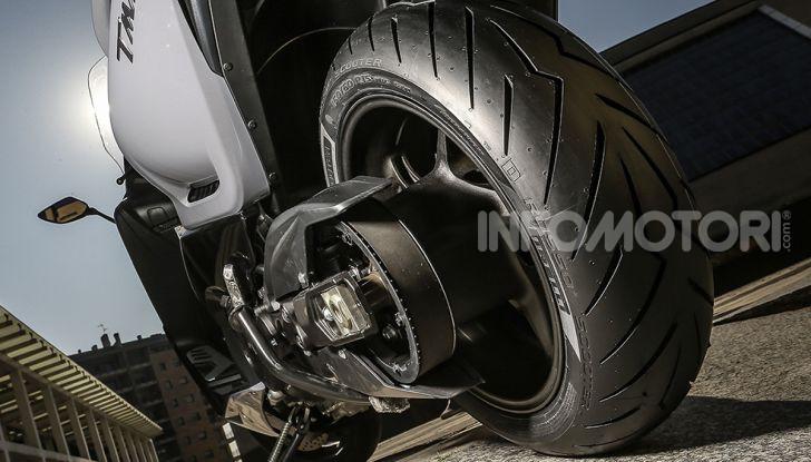 La gomma posteriore di uno scooter Yamaha TMAX Pirelli Diablo Rosso Scooter