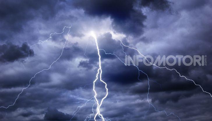 Un fulmine si scarica a terra durante un temporale