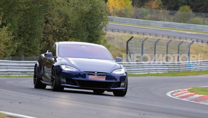 Tesla Model S al Nurburgring per battere il record della Porsche Taycan - Foto 2 di 35