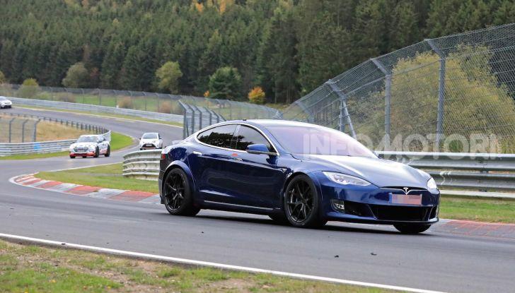 Tesla Model S al Nurburgring per battere il record della Porsche Taycan - Foto 4 di 35