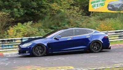Tesla Model S al Nurburgring per battere il record della Porsche Taycan