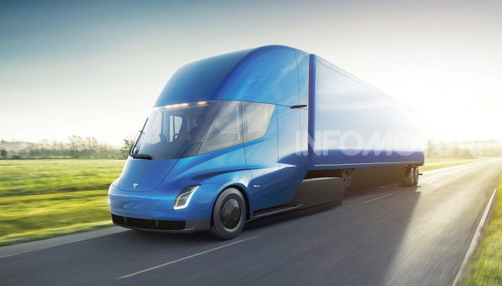 Camion Tesla blu in movimento