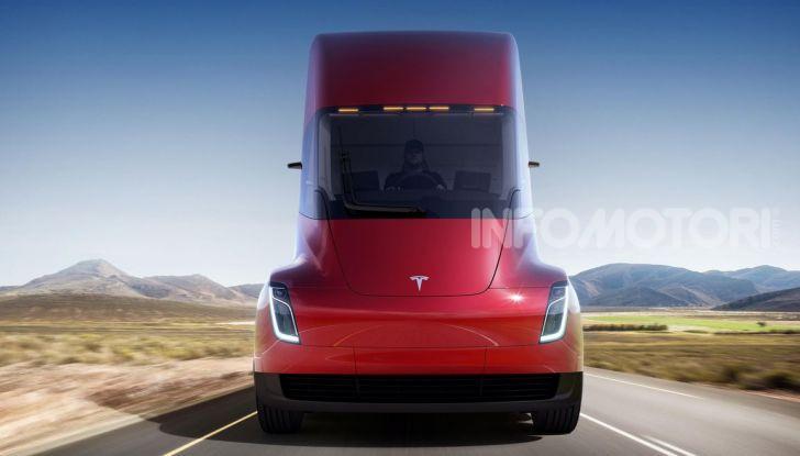 Vista frontale del camion Tesla rosso
