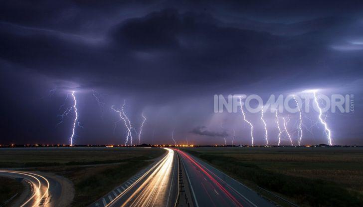 Scariche elettriche si scaricano a terra durante un temporale