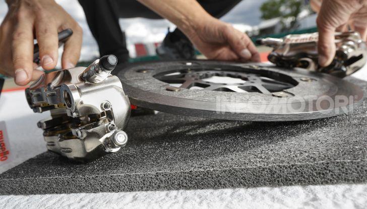 Tra dischi e pastiglie: un viaggio nel mondo dei freni nella fabbrica Racing di Brembo - Foto 6 di 36