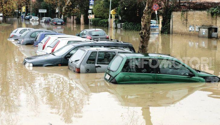 Auto sommerse dall'acqua di un'alluvione
