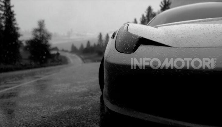 Ferrari su asfalto bagnato pioggia